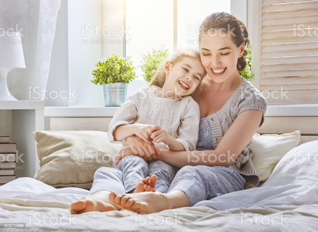 媽媽和她的女兒正在玩 免版稅 stock photo
