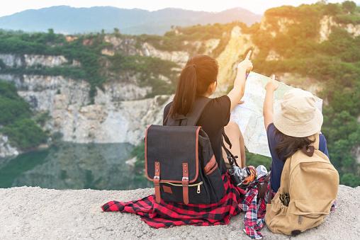 Moeder En Kind Kaarten En Reizen Rugzakken Zit Zegevierend Geconfronteerd Met Op De Grand Canyon Voor Onderwijs Aard Te Houden Travel Concept Stockfoto en meer beelden van Alleenstaande moeder