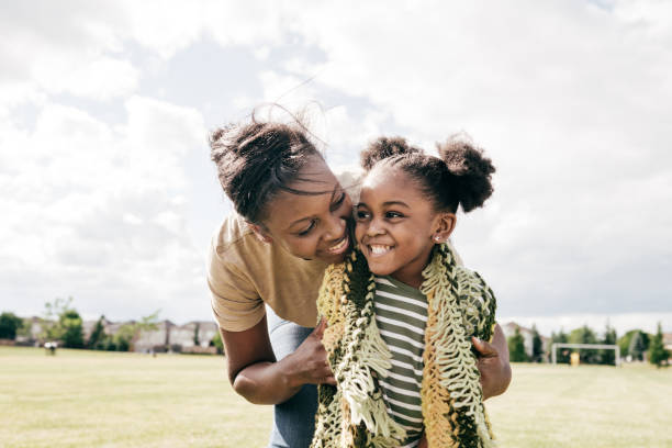 mamma och lilla dotter utomhus - emotionellt stöd bildbanksfoton och bilder