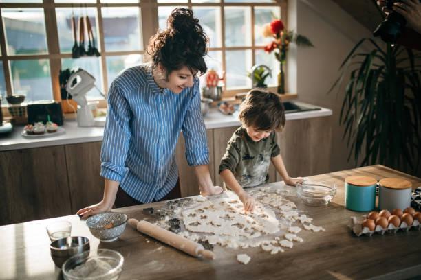 Mama und Sohn machen zusammen Cookies – Foto