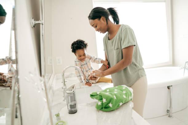 mutter und kleinkind - wasch oder spülbecken stock-fotos und bilder