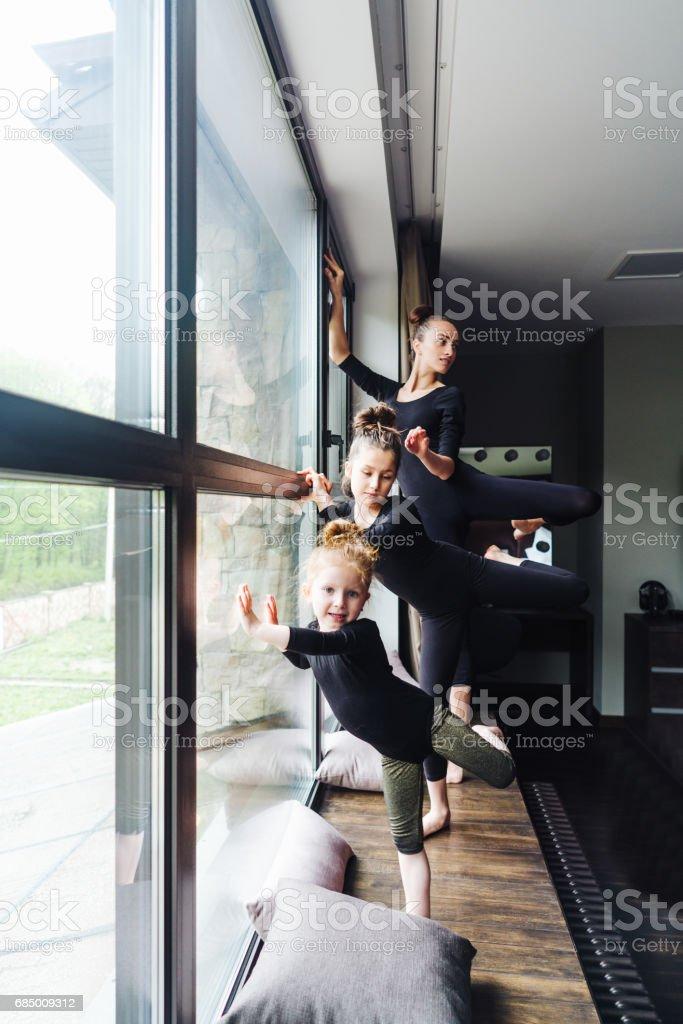 Mom and two daughters practice ballet Lizenzfreies stock-foto