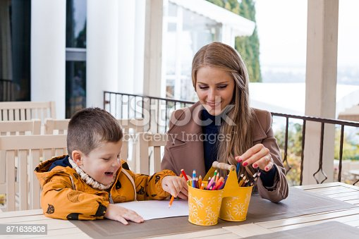 istock mom and young boy draw colored pencils 871635808