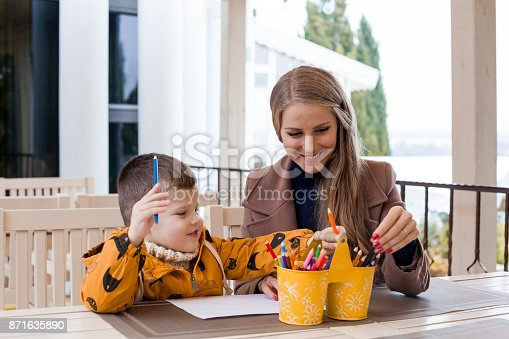istock mom and young boy draw colored pencils 871635890