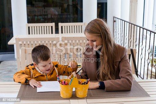 istock mom and young boy draw colored pencils 871639998