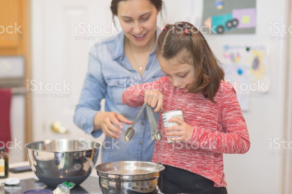 Mutter und junge Tochter Backen zusammen in modernen Küche – Foto