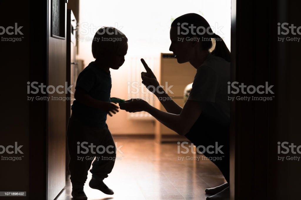 母は彼女の子供のしつけ。 - 2人のロイヤリティフリーストックフォト