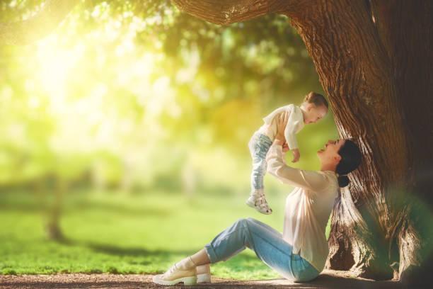 mutter mit ihrem baby spaß - kinder picknick spiele stock-fotos und bilder