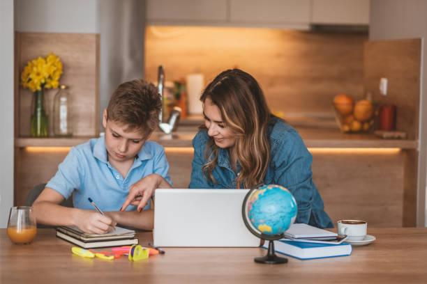 Maman aide son fils avec des devoirs - Photo