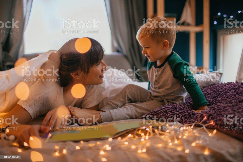 Mama ist Gutenachtgeschichten lesen. – Foto