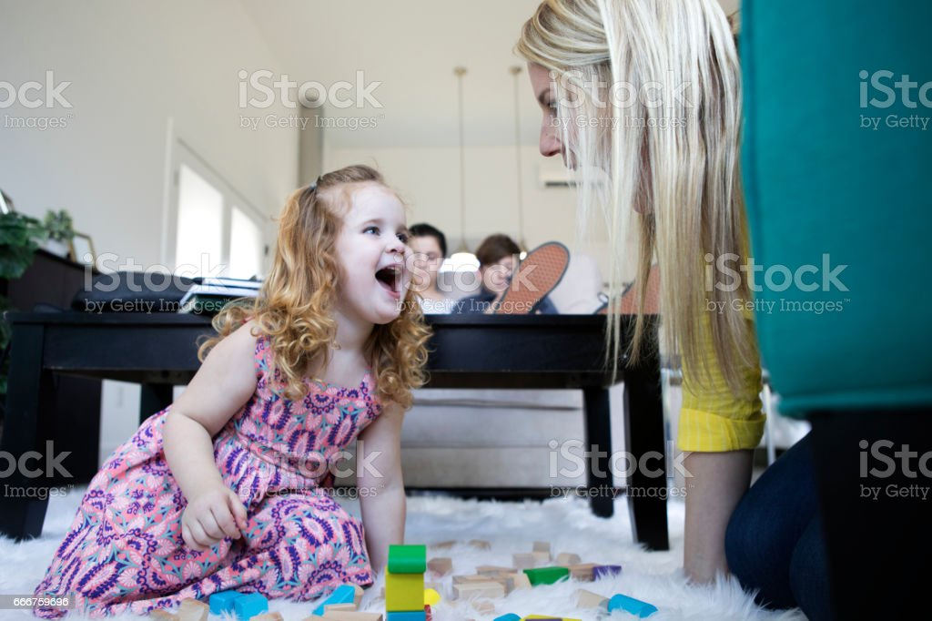 Mom playing blocks with her daughter. foto stock royalty-free