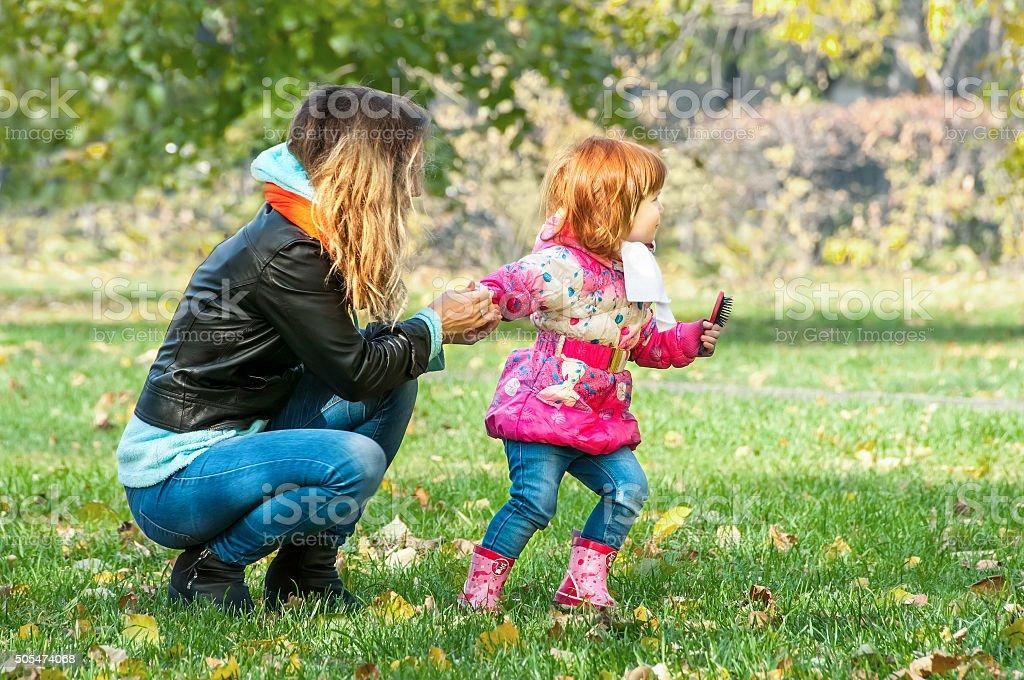 Mutter spielt mit ihrer Tochter im Park – Foto