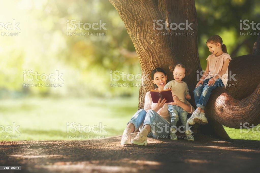 Mutter zu ihren Kindern ein Buch zu lesen – Foto