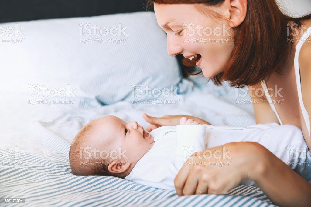 Mamá pase tiempo con su niño pequeño en casa. - foto de stock