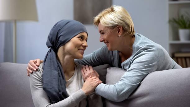 mama unterstützt und umarmt ihre tochter mit krebs, besuche im oncohospital - krebs tumor stock-fotos und bilder