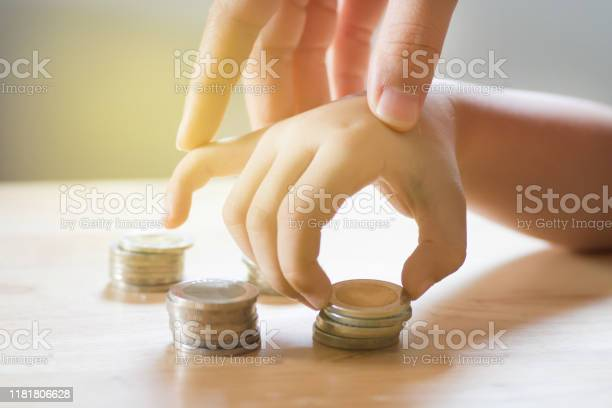 Mom teaching her kid for saving money picture id1181806628?b=1&k=6&m=1181806628&s=612x612&h=vctvyr9xotyih0 mmibpzueptq2qepxdjek9wwhyzm4=