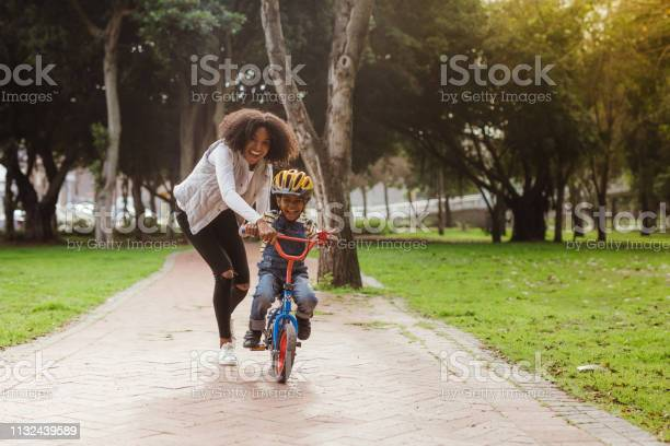Mam Onderwijs Haar Zoon Fietsen Op Park Stockfoto en meer beelden van Aanmoediging