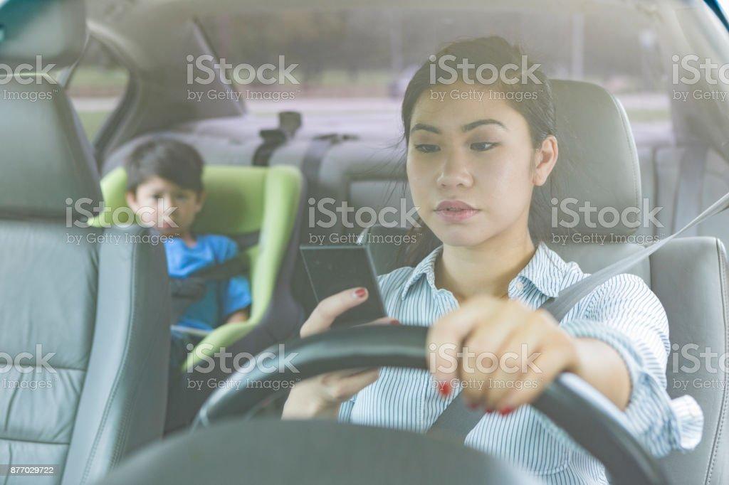 Texte der Mutter während der Fahrt mit Kind auf dem Rücksitz – Foto