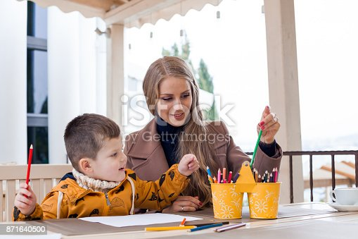 istock mom with boy draw colored pencils 871640500