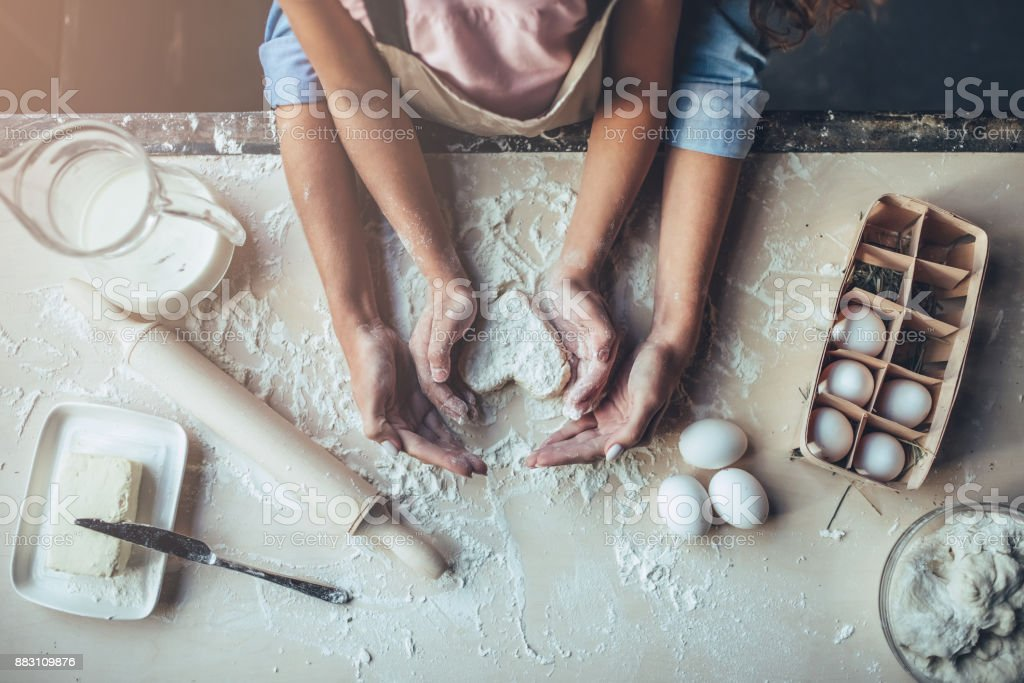 Mom with daughter on kitchen. - Foto stock royalty-free di Adulto