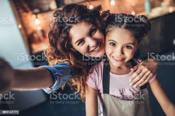 Mom with daughter on kitchen picture id883142772?b=1&k=6&m=883142772&s=612x612&h=mc1pexpcdumte4ybcudgvdzkuxipcxfpudy4dahd y8=