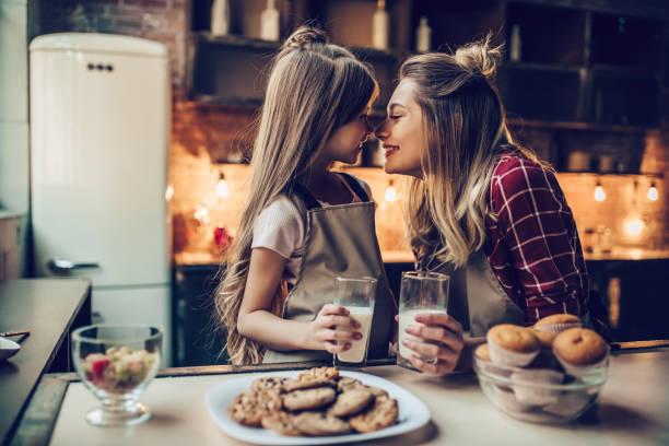 mamá con la hija en la cocina. - magdalena dulces fotografías e imágenes de stock