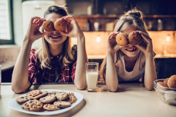 mom with daughter on kitchen. - bolo de bolacha imagens e fotografias de stock