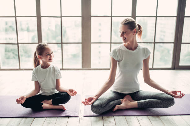 Mutter mit Tochter arbeiten zu Hause – Foto