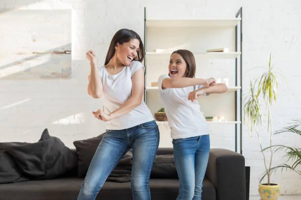 mamã com dança da menina do miúdo na sala de visitas - dançar - fotografias e filmes do acervo