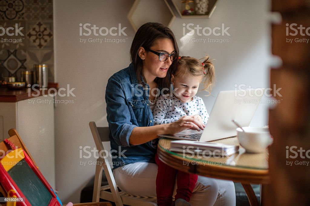 Mom working from home photo libre de droits