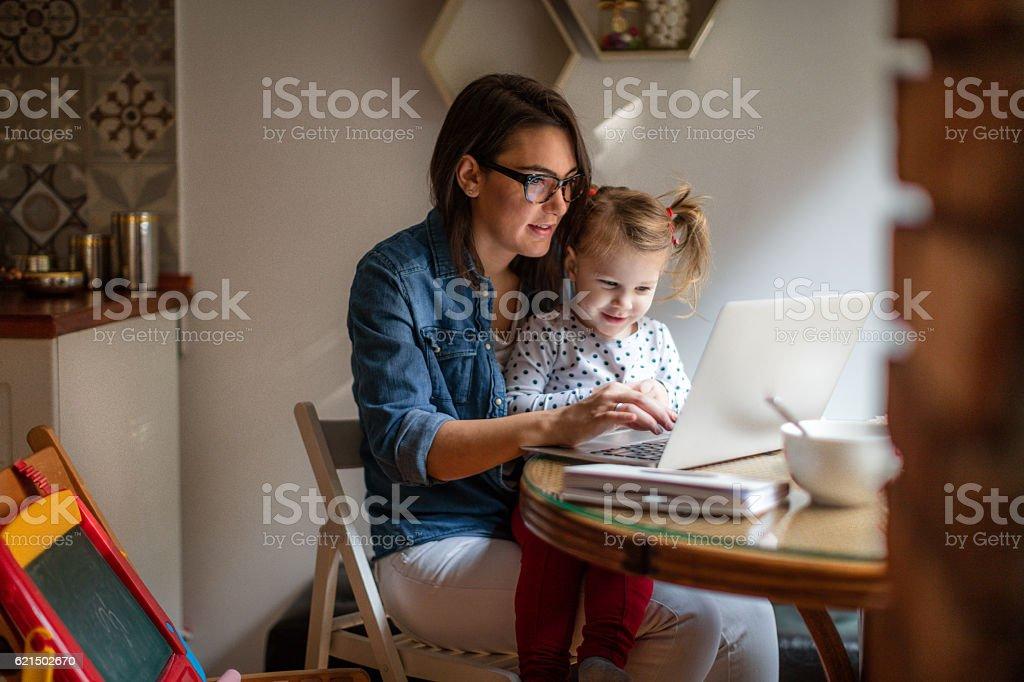 Mom working from home Lizenzfreies stock-foto