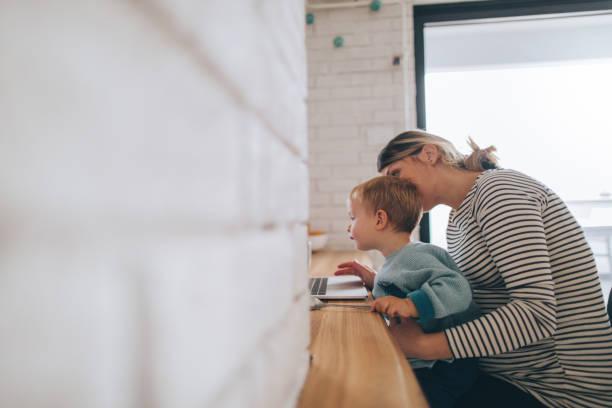 mutter von zu hause aus arbeiten - schwanger werden rechner stock-fotos und bilder