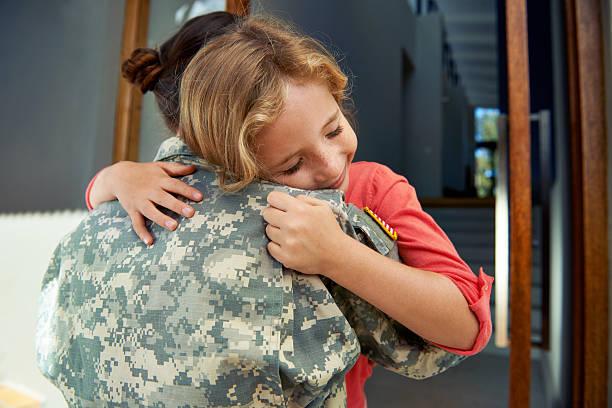 mommy's hier und jetzt - camouflagekleidung mädchen stock-fotos und bilder