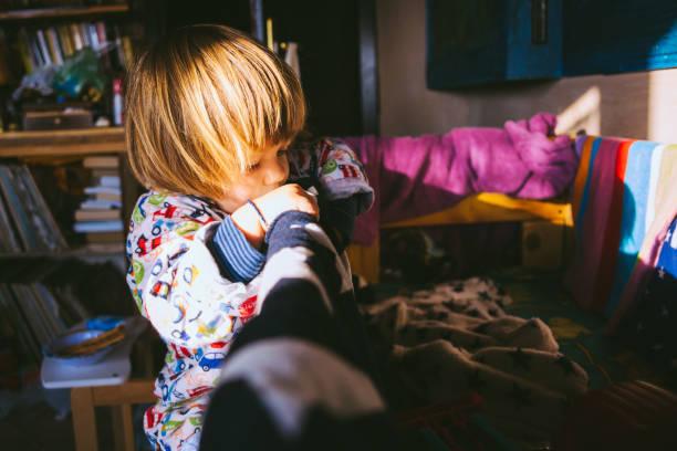 mommy's little explorer - etagenbett weiss stock-fotos und bilder