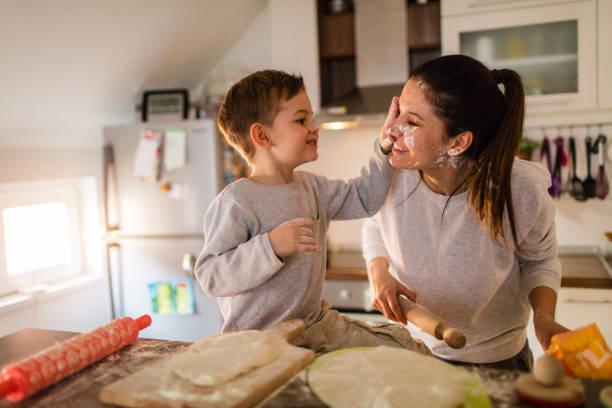 mom's little baker - baking bread at home imagens e fotografias de stock