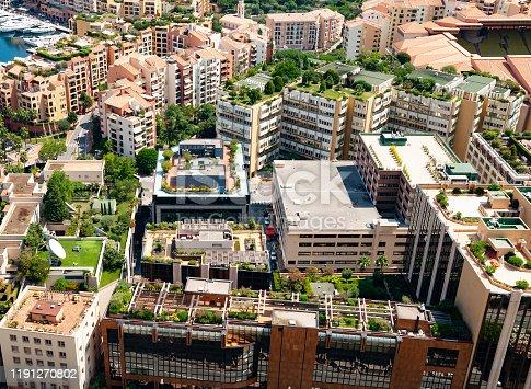 Une vue en plongée sur les terrasses de la Principauté de Monaco