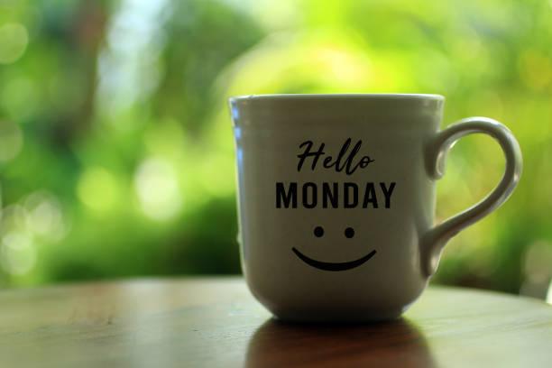 måndagskaffe med ett stort glatt leende på. - working from home bildbanksfoton och bilder