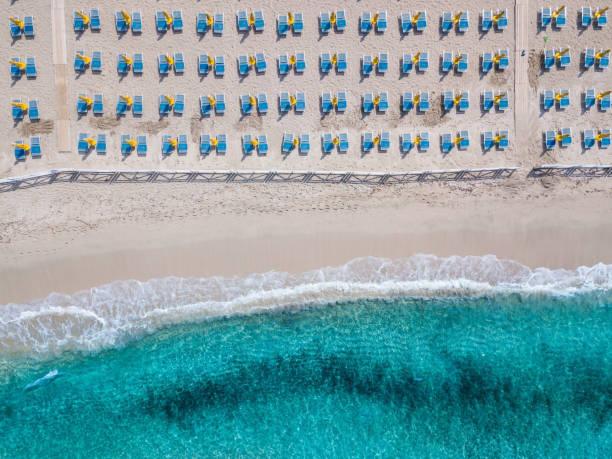strand von mondello - sizilien strände stock-fotos und bilder