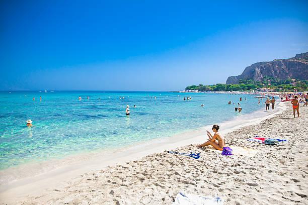 mondello white sand beach in palermo, sizilien. italien. - sizilien strände stock-fotos und bilder