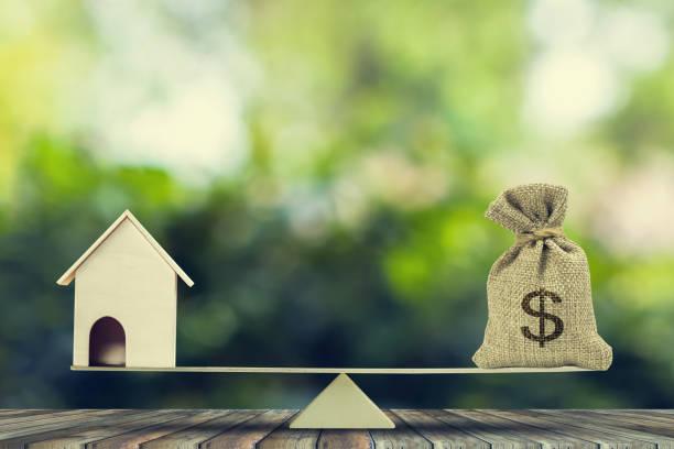 geld und heimat, darlehen, hypothek. verwandeln sie das haus in bargeld-konzept. - mieterhöhung stock-fotos und bilder