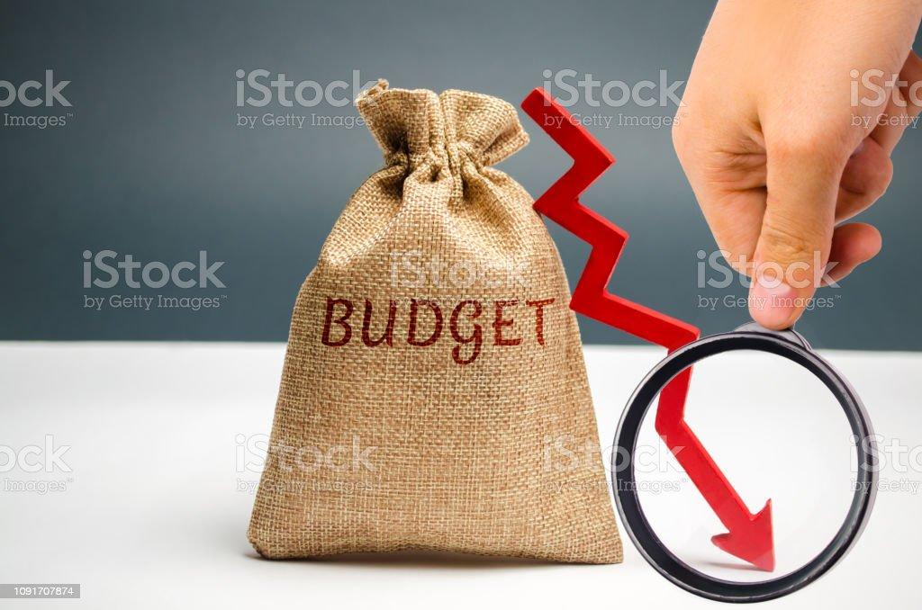 Photo libre de droit de Sac Dargent Avec Le Mot Budget Et Flèche Vers Le  Bas Entreprises Infructueuses Et La Pauvreté Baisse Des Profits Perte De ...