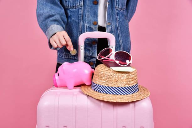geld geld sparen für reisen konzept, reisende und rosa koffer, passagier- und reisepass dokument über rosa hintergrund. - geld schön verpacken stock-fotos und bilder
