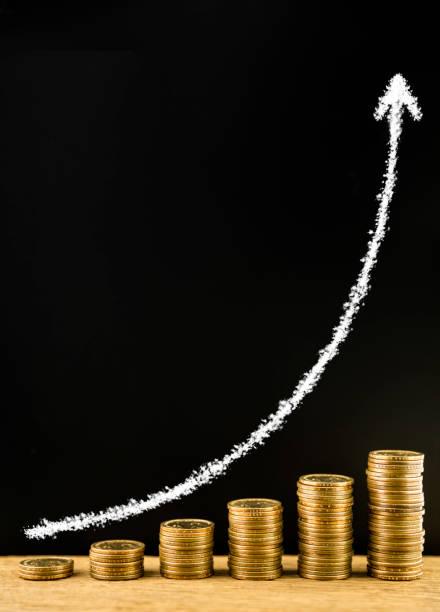 Geld Münze Stapel angeordnet wie ein Diagramm auf einem hölzernen und zeichnen Pfeil mit Kreide auf die Tafel, Konzept des Geldmengenwachstums – Foto