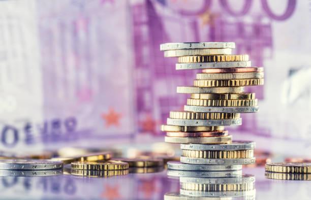 geld. euro-münzen. euro geld. euro-währung. münzen sind in verschiedenen positionen auf einander gestapelt. geld-konzept - europäische währung stock-fotos und bilder