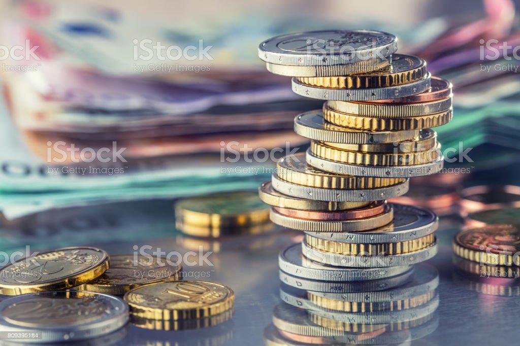 Geld. Euro-Münzen. Euro Geld. Euro-Währung. Münzen sind in verschiedenen Positionen auf einander gestapelt. Geld-Konzept – Foto