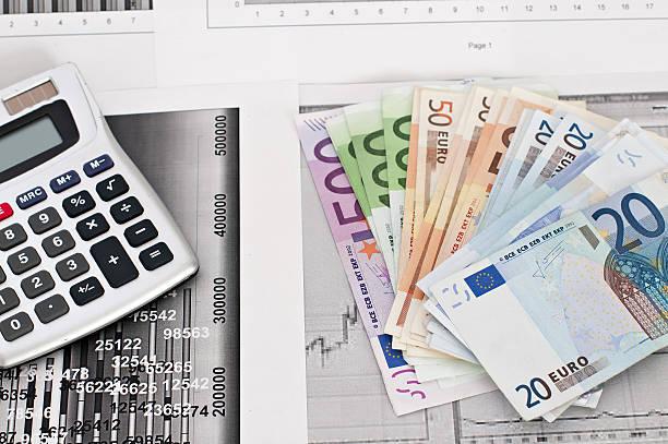 Geld, finanzielle Grafiken und anderen business-Annehmlichkeiten – Foto