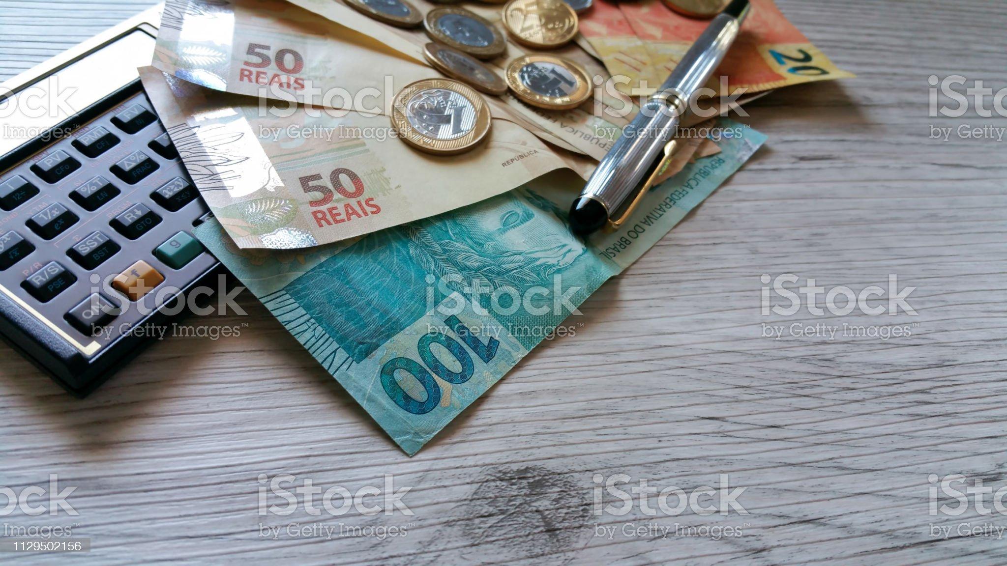Dinheiro do Brasil. Notas de Real, moeda brasileira. Calculator.Concept de economia - Foto de stock de Salário royalty-free