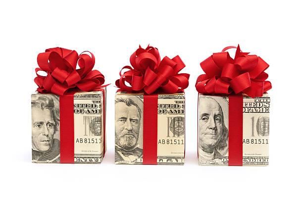 soldi-banconote regalo avvolto nel nastro rosso e fiocco su bianco - bonus foto e immagini stock