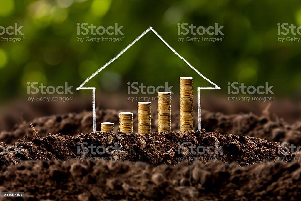 Geld wachsen im Boden mit Haus – Foto