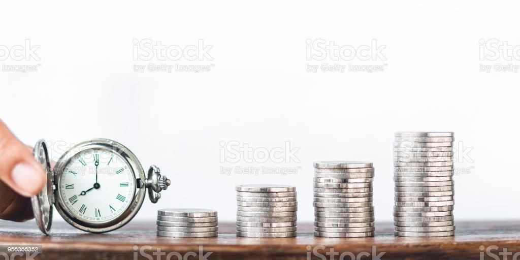 Geld Wachstum Münze Silber und Baum-junge hand weißen Hintergrund und alte Silber Pocket Watch Uhr – Foto